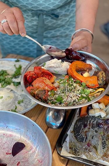 צלחת עם מבחר תבשילים המתבססים על הירקות האורגניים הגדלים במשק חביביאן